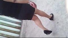 Tras una chaparrita en falda y medias