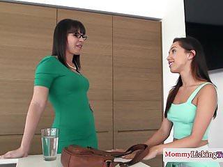 Queening stepmom orgasms during oral