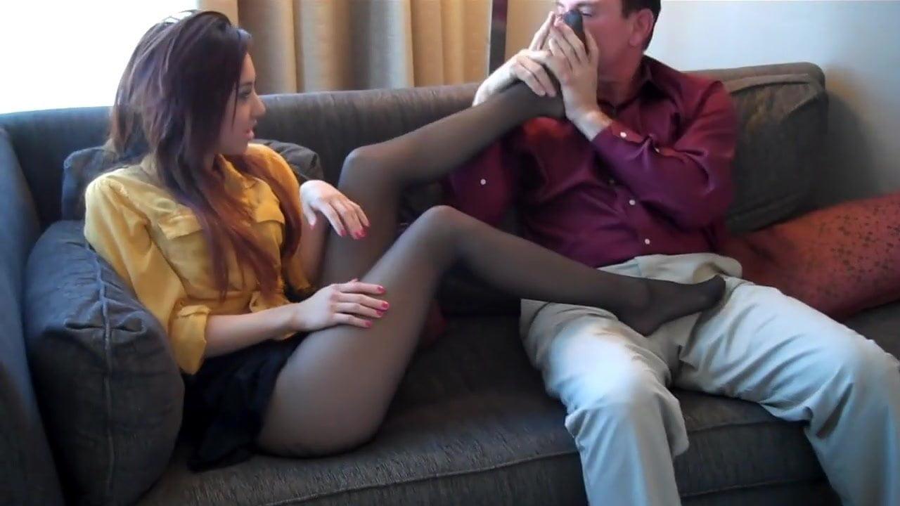 девушка спит а парень нюхает ее носочки на ноге дыша