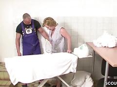 Deutscher Jungspund fickt Schweizer Omi im Keller durch