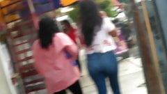 Putita nalgona con su mama en la calle