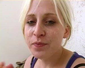 Junger Mulatte fickt blonde Ostbraut in der Dusche