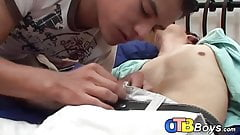 Молодая латина садится на член для любителей геев для анального родео