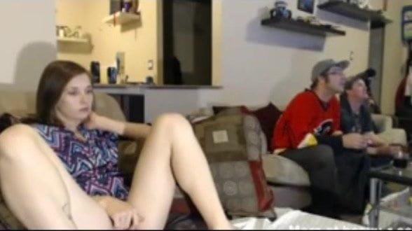 Se masturba con sus companeros de piso jugando a la consola