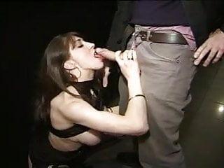 Sex shop virtual - Belle brune enculee au sex -shop
