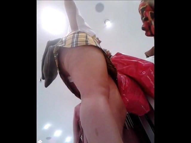 Сантехник подсматривает под юбкой
