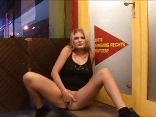 Spermawichsen vor der Videothek