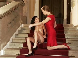 Down the palace stairs,there is such a pretty girl, lon la