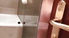 Surpris dans la salle de bain