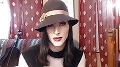Heißes Transen-Camgirl reitet Dildo und macht ATM für einen Fan
