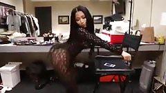 Nicki minaj twerking her big ass