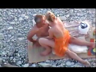 Couple libertin et un gay se tapent une partouze sur une pla