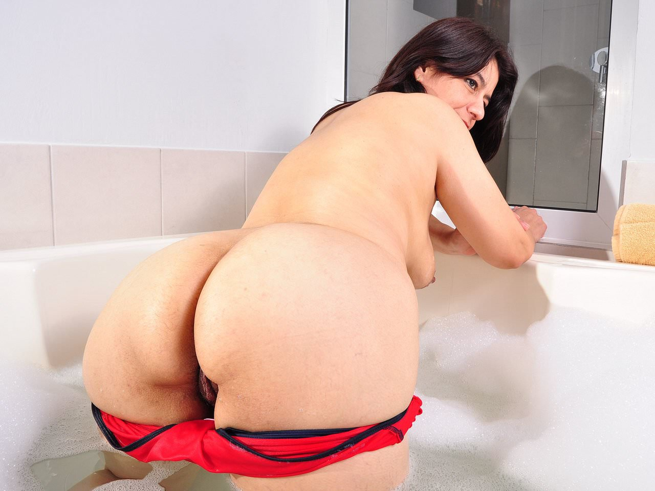 Latina milf anabella needs a relaxing bath