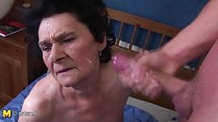 Amateur granny loves the taste of young cum