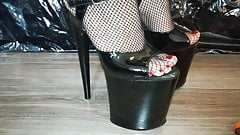 Lady L crush skate with sexy black 20 cm extreme high heels.