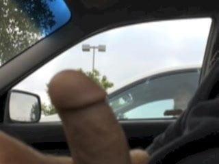 видео подрочила парню прямо в машине - 4