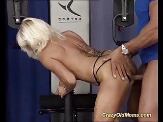 mature bodybuilder fucked by her trainer