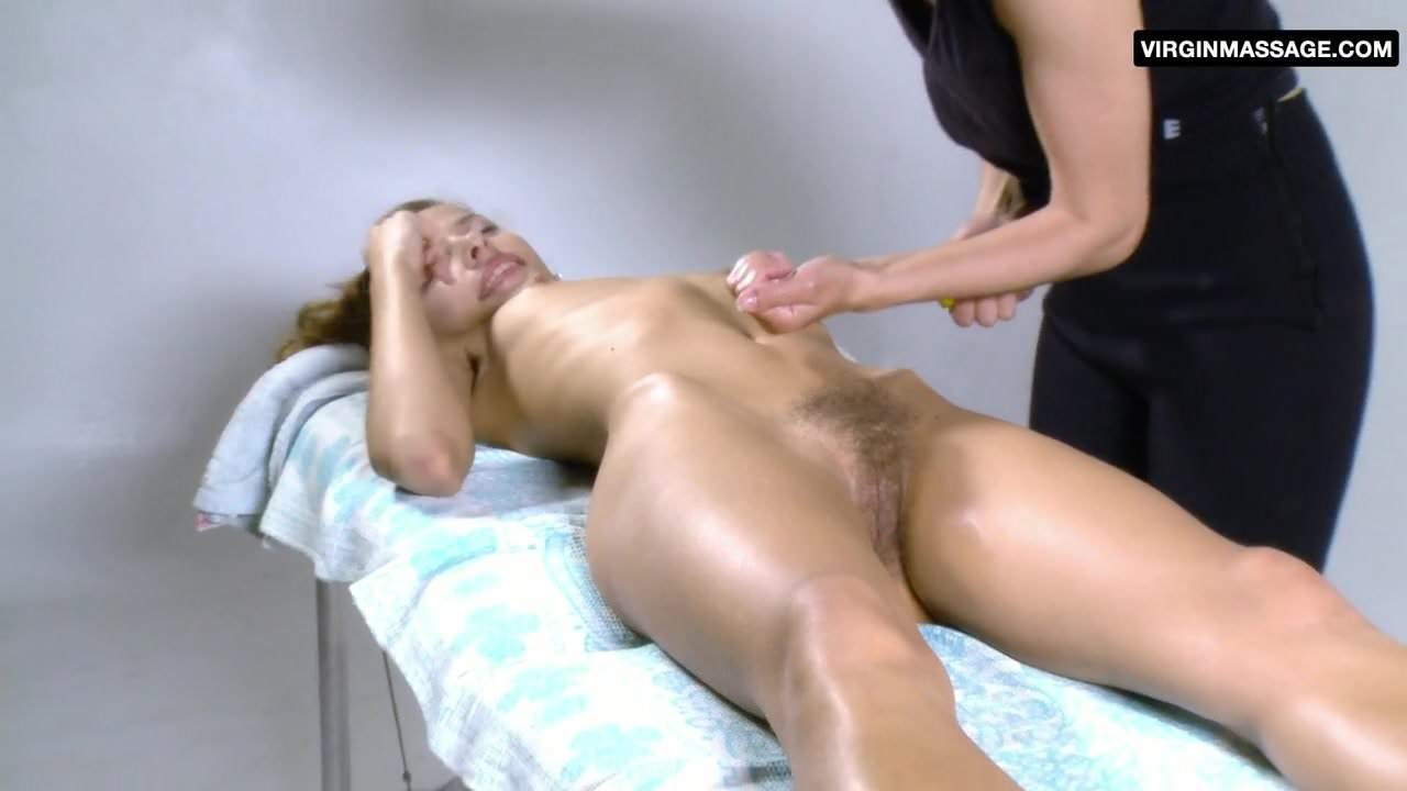 зрелая женщина с небритой на массаже
