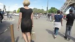 Dans Paris, nue sous une robe transparente