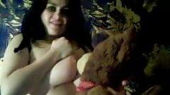 Vollbusige Cynthia missbraucht Teddybär vor der Kamera