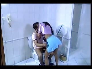 al bar lei va in bagno lui la segue e le fa il culo
