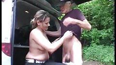 Abuelo ayuda a jovencita