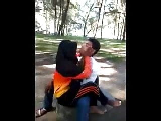 Download video bokep malay- awek tudung hijab bermesraan Mp4 terbaru