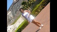 Rola paseando en Cartagena en faldita blanca