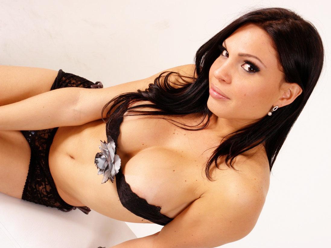 Glamorous Ana Paula Samadat