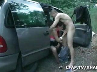 Auto-stoppeuse sodomisee sur le bord de la route