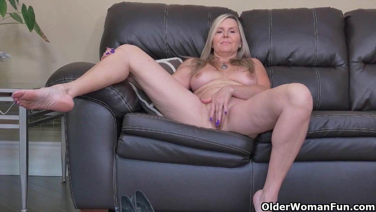image Velvet sky rubs her pussy against the ring rope