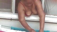 This is my black neighbour. Mi otra vecina tendiendo