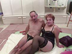 Oma und Opa ficken vor der Kamera und Nachbarin hilft