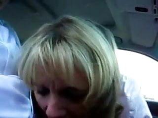 milf mamando en el coche
