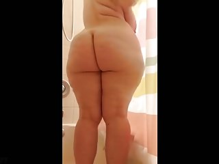 PAWG Mal Malloy in the shower