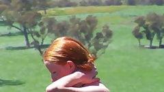 peliroja desnuda en el campo