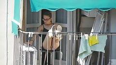 Vecino adolescente en el balcón v