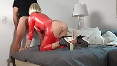 enculee en latex rouge