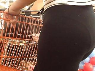 Ricura en leggings negros en el super mercado