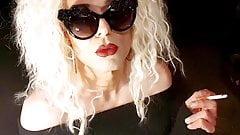 Курящая Jennifer Lee курит бимбо в солнечных очках