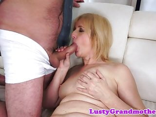 Alluring cougar gives amazing bj