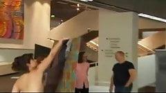 Nackt im Museum - Ein Stuhl fuer Mutige