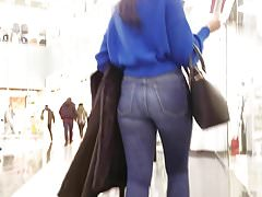 Hot round ass at the mall