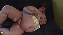 Big mommy Malinka gets herself mushy and horny