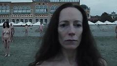 Gente desnuda en la playa (2019)