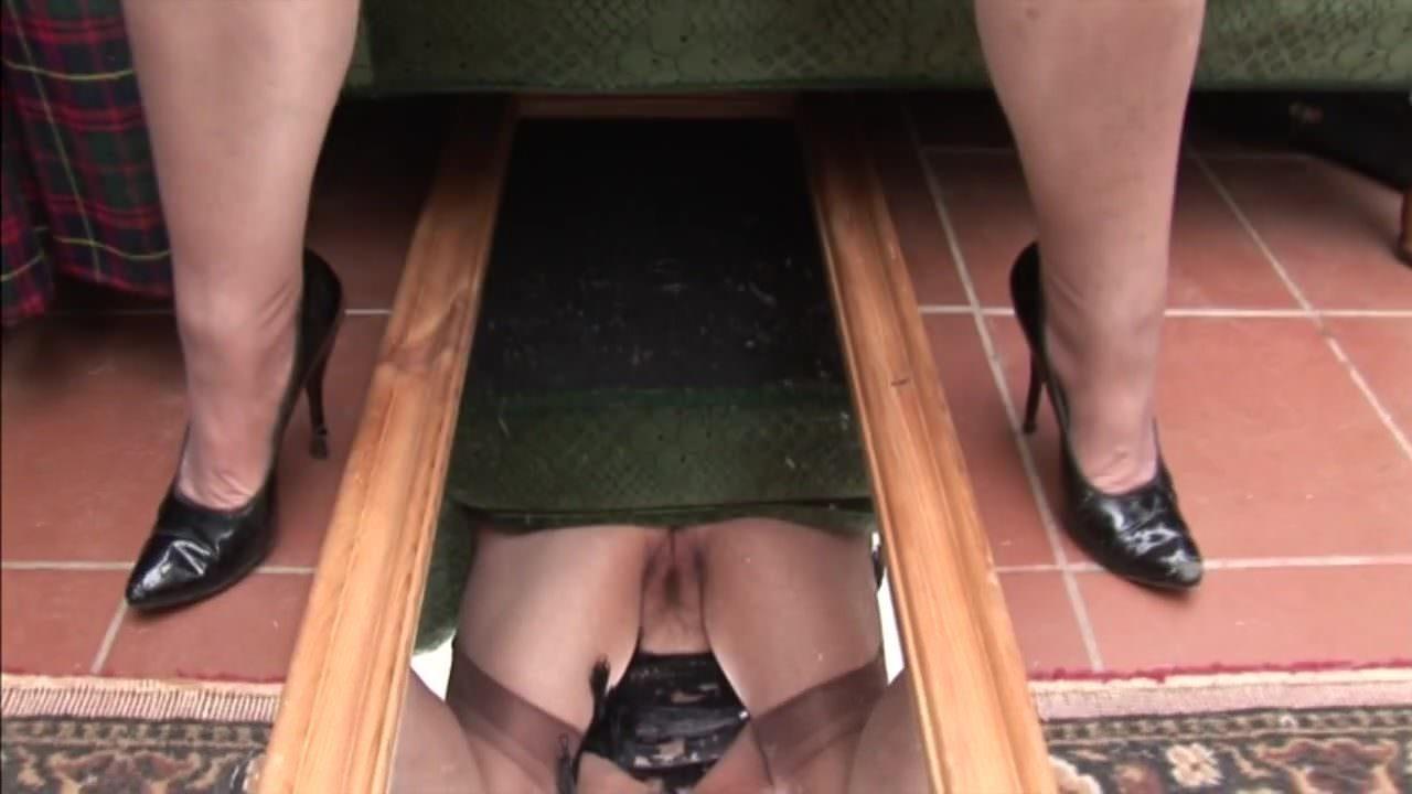 Под юбкой только у старушек фото подглядывание — pic 6