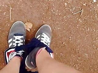 Lilly retire sa culotte dans le parc