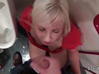 Teeny Gibt Fremden einen Blowjob auf der Kaufhaus Toilette