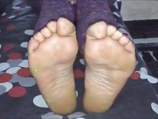 Niovi moves her sexy (size 37) feet (part 2)