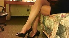 Spy milfs legs in shiny pantyhose